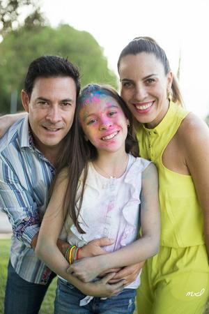 Con sus papás, Adrián y Valeria