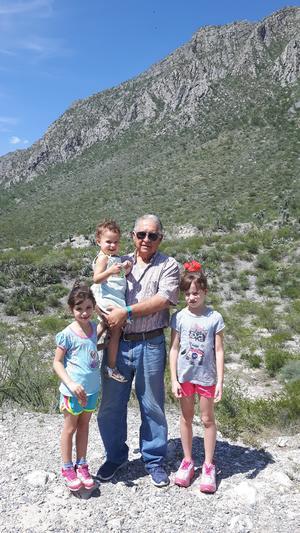 02092017 EN MAPIMí.  Manuel Leal con Isabel, Aitana y Ainhoa.