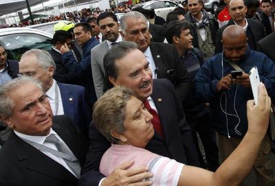 Emilio Gamboa Patrón también arribó, donde se tomó instantáneas con simpatizantes a las afueras.
