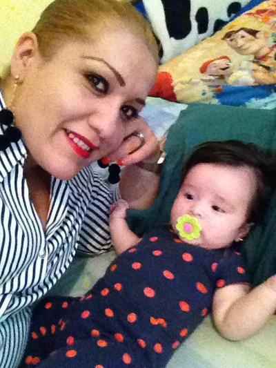 05092017 Alejandra con su hija Victoria.