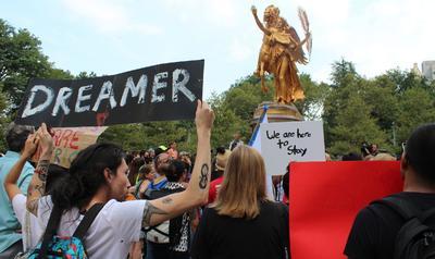 """El Gobierno determinó hoy que los """"soñadores"""" que tengan pendiente renovar su inscripción a DACA deben hacerlo antes del 5 de octubre."""