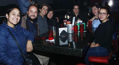 Amigos festejando el cumpleaños de José Luis Díaz.