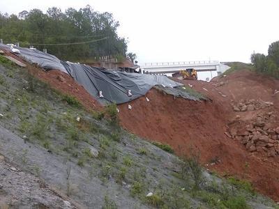 Capufe -inicialmente- señaló que el cierre se debió a un exceso de agua, producto de las lluvias, sobre la superficie de rodamiento.
