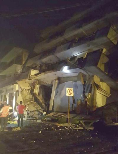 """TERREMOTO DE MAGNITUD 8 EN LA ESCALA DE RICHTER SACUDE LA CIUDAD DE MÉXICO GRA006 MATIAS ROMERO (MÉXICO),08/09/2017.- Fotografía que publica en su cuenta de Twitter las autoridades de Protección Civil del municipio de Matias Romero, en el estado de Oaxaca(México) del colapso del hotel """"Ane Centro"""" sin que hasta el momento reporten lesionados hoy, viernes 8 de septiembre de 2017, tras el fuerte sismo de magnitud ocho en la escala abierta de Richter sacudió hoy violentamente a México, con origen a 137 kilómetros al suroeste de Tonalá, en el suroriental estado de Chiapas, informó el Servicio Sismológico Nacional (SSN).EFE/PROTECCIÓN CIVIL DE MATÍAS ROMERO/SOLO USO EDITORIAL Catástrofes y accidentes Terremoto CYA Terremoto Oaxaca Matias Romero Catástrofes accidentes ÉXICO TERREMOTO México"""