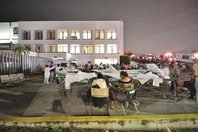 En Tabasco, los enfermos fueron sacados a las banquetas para mantener su seguridad.
