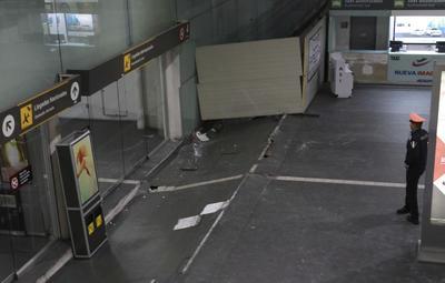 Las puertas del aeropuerto fueron gravemente dañadas por los movimientos telúricos,