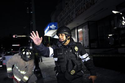 Elementos de Protección Civil evacuan a ciudadanos de la Ciudad de México.
