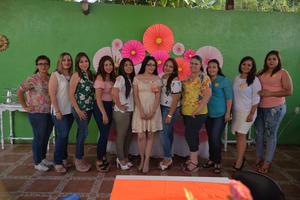 08092017 PRENUPCIAL.  Karla Vázquez en compañía de algunas de las invitadas a su despedida de soltera.