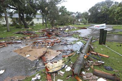 La situación en el sur de Florida empeoró sustancialmente en las últimas horas, según se apreció en las imágenes de televisión tomadas por los reporteros que han desoído las órdenes de las autoridades del estado de no mantenerse a la intemperie.