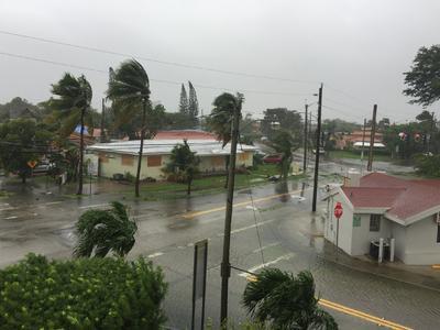 Se espera que se mueva cerca o sobre esta costa, pasando junto a ciudades como la de Fort Myers, que está a 70 millas o 115 kilómetros al norte del ojo de Irma.
