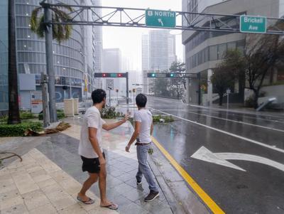Por el contrario, la velocidad del huracán que se dirige hacia el norte aumentó de 9 a 12 millas por hora (15 a 19 km/h), lo que le hace teóricamente menos peligroso.