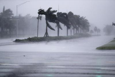 Después de haber pasado el sábado por Cuba y de tocar tierra hoy en los Cayos de Florida, los vientos de Irma se redujeron de 130 a 120 millas por hora (195 a 215 kilómetros por hora).