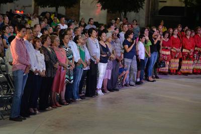 La misa se ofició ante cerca de 3 mil fieles, también participaron grupos parroquiales y coros de distintas capillas de la ciudad de Torreón.