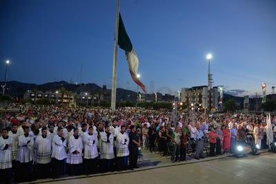 El obispo José Guadalupe Galván Galindo ofició la misa de acción de gracias por el aniversario 110 de la fundación de Torreón, en la Plaza Mayor ante cientos de fieles católicos.