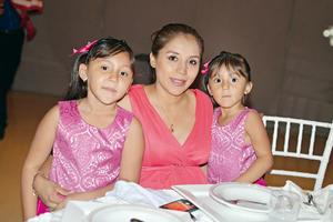10092017 Paulina y Sofía Crispín Balderas y su mamá, Lucero Balderas Mares.