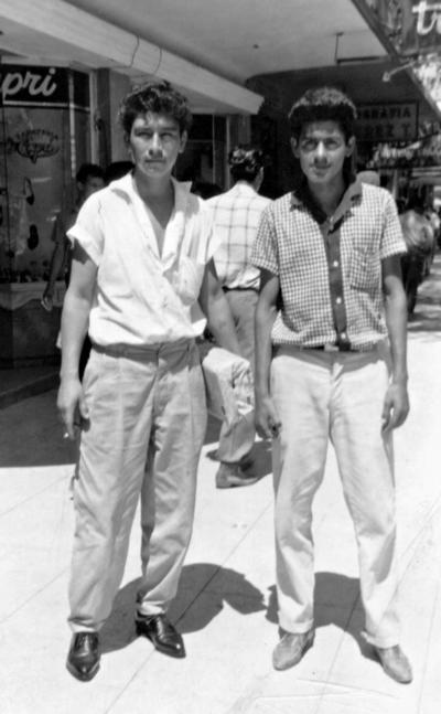 10092017 Sr. Guillermo Carreón (f) con un amigo en Monterrey, Nuevo León, en 1960.