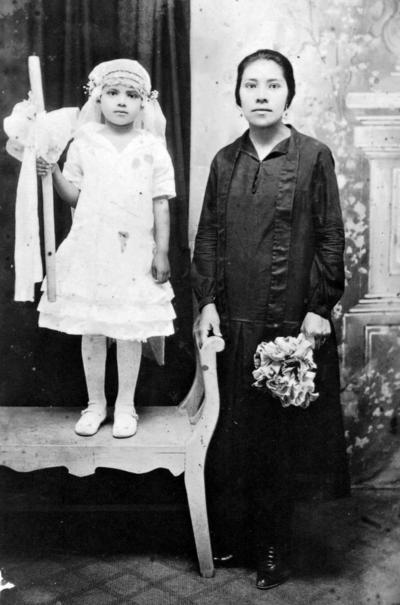 10092017 Sra. Soledad Zurita Alvarado con la niña María de la Luz Estrada.
