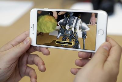 Por otro lado, el iPhone X será compatible con un sistema para cargar sus baterías sin requerir de cargadores con cables.