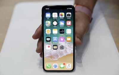 El iPhone X también incorporará mejoras en sus prestaciones fotográficas y en sus baterías, que durarán dos horas más que las del iPhone 7.