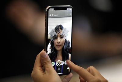 Otra de las grandes novedades del iPhone X es la introducción de Face ID, una nueva forma de acceso al teléfono móvil basada en el reconocimiento facial de los usuarios.