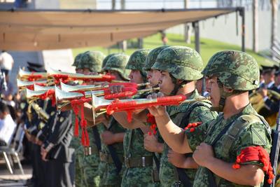El teniente de infantería, Salvador Gil Reyes Díaz, al mando de una sección de fusileros perteneciente al 33 batallón de infantería, ejecutaron una salva de fusilería.