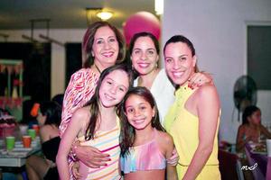14092017 DE FIESTA.  Camila con su abuelita, Carmen, su mamá, Valeria, su tía, Maricarmen, y su prima, Roberta.