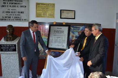 Durante la ceremonia, también se develó una placa a la entrada de la escuela primaria Benito Juárez, con motivo de su 110 aniversario.