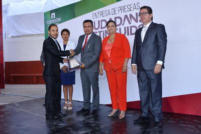 El alcalde Jorge Luis Morán Delgado dio los reconocimientos a los destacados laguneros.