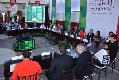 Empresarios, diputados federales, autoridades municipales, representantes educativos, clubes de servicio, estuvieron presentes en esta tradicional ceremonia.