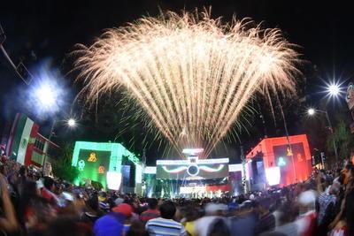 Celebración. La alcaldesa de Gómez Palacio Leticia Herrera, dio el tradicional Grito de Independencia.