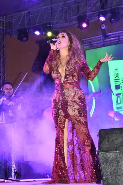 Pasadas las 23:00 horas, la cantante apareció en un escenario instalado sobre la avenida Sarabia y Calle Juárez.