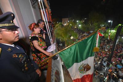 La alcaldesa de Ciudad Lerdo María Luisa González Achem, celebró el 207 aniversario del inicio de la Independencia de México con el tradicional Grito de Independencia desde el balcón de la Presidencia Municipal.
