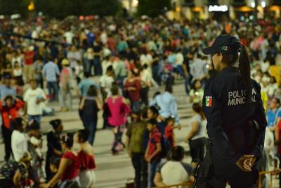 Horas antes del inicio de los festejos fue cerrada la circulación vehicular en los alrededores de la plaza donde fueron estacionados alrededor de 40 camiones que transportaron a la gente provenientes de distintos puntos de la ciudad para que disfrutaran del festejo.