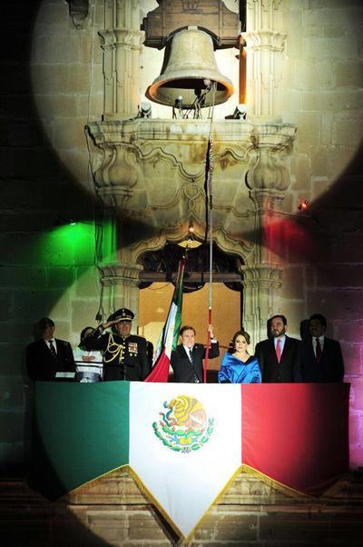 El Mandatario Estatal y su esposa Elvira Barrantes, convivieron desde la tarde con miles de duranguenses entusiasmados por la verbena popular.