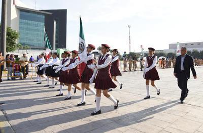 Escuelas de Torreón formaron parte del desfile.