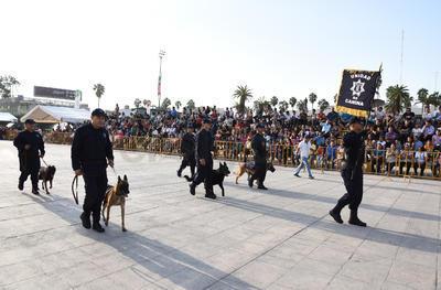 El escuadrón canino desfiló.