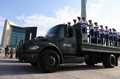Camiones de la Sedena pasaron por la Plaza Mayor.