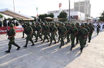 Elementos de la Sedena recorrieron la avenida Matamoros de Torreón.