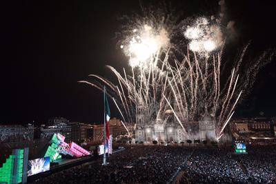 El Zócalo de vio iluminado por los fuegos artificiales.