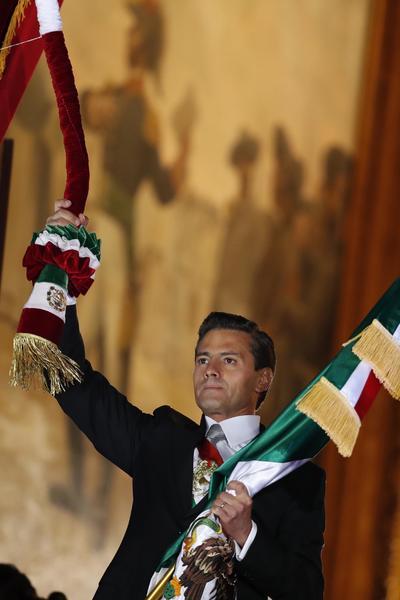 El presidente Peña salió al balcón y tocó en cuatro ocasiones la histórica Campana de Dolores y  ondeó el lábaro patrio.