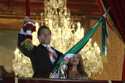 """El presidente Enrique Peña Nieto encabezó la noche de este viernes, desde el balcón central de Palacio Nacional, la ceremonia de """"El Grito"""" de Independencia, rompiendo el protocolo y la arenga tradicional para destacar la solidaridad de los mexicanos con las comunidades de Chiapas y Oaxaca, devastadas por el terremoto del pasado 7 de septiembre."""