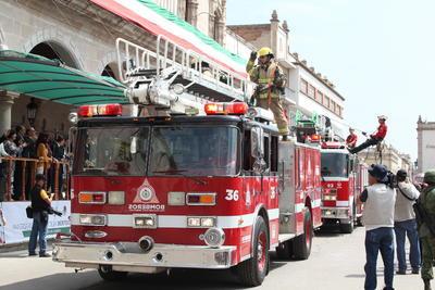 Asimismo, elementos de bomberos participaron dentro del desfile.