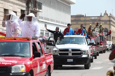 Diferentes autoridades se dieron cita para ser parte del desfile militar.