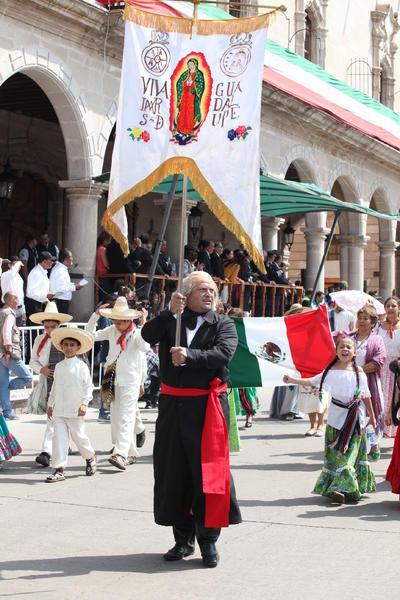 La representación de Miguel Hidalgo con un estandarte de la virgen de Guadalupe.