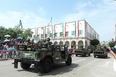 Vehículos militares se hicieron presentes por las calles de la ciudad.