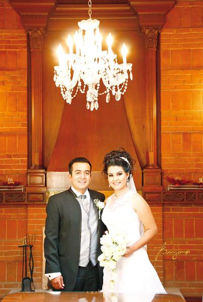 17092017 Ing. Ramsés Omar Martínez Estevané y Lic. Angélica Azucena González González se convirtieron en marido y mujer el sábado 9 de septiembre en la Parroquia del Sagrado Corazón de Jesús. - Benjamín Estudio.
