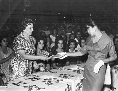 17092017 La Primera Dama de Torreón, Lucía de Fernández Aguirre, entregando el premio de alta costura de modas a la señorita Esperanza Lara García, en 1960.