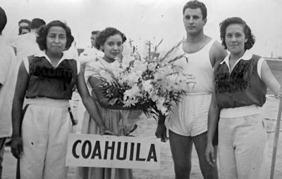 17092017 Elía Galván, corredora; René Fajer y Conchita Villanueva en lanzamiento de jabalina. Cuernavaca, Morelos, en 1953.