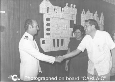 17092017 En viaje por El Caribe, Sr. Valente Enríquez Mestas y Ma. Asunción de Enríquez, saludando al capitán del barco, el italiano Salvatore Mastrolini Giardina.