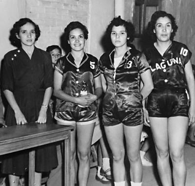 """17092017 Señorita Bertha Luz Vizcaíno, presidenta de Asociación de Basquetbol; ElenaWoo, Xóchitl Valero y Socorro Saldaña, del equipo """"Laguna"""", con premios de primer lugar de tiro libre en 1953."""